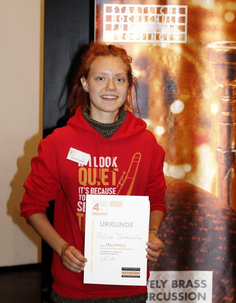 Polina Tarasenko mit ihrer Siegerurkunde